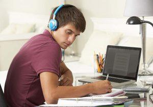 saiba se estudar ouvindo música interfere na aprendizagem